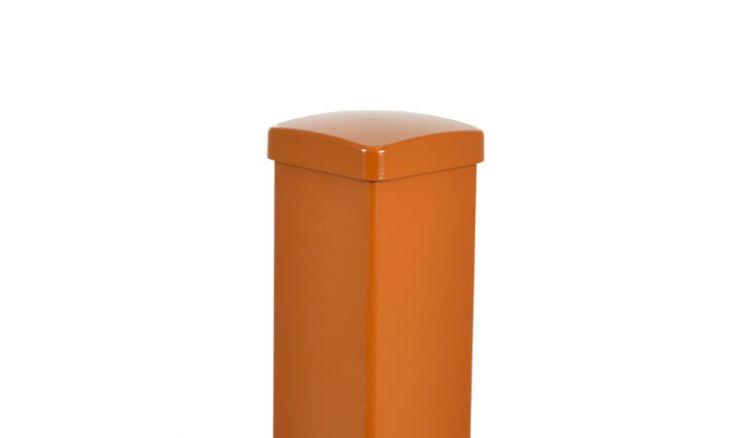 Der Aluminiumpfosten in Lehmbraun (ähnlich RAL 8003) zur Aufschraubmontage mit Innenfuß (für Gartenzäune) oder zum Einbetonieren (für Sichtschutzzäune)