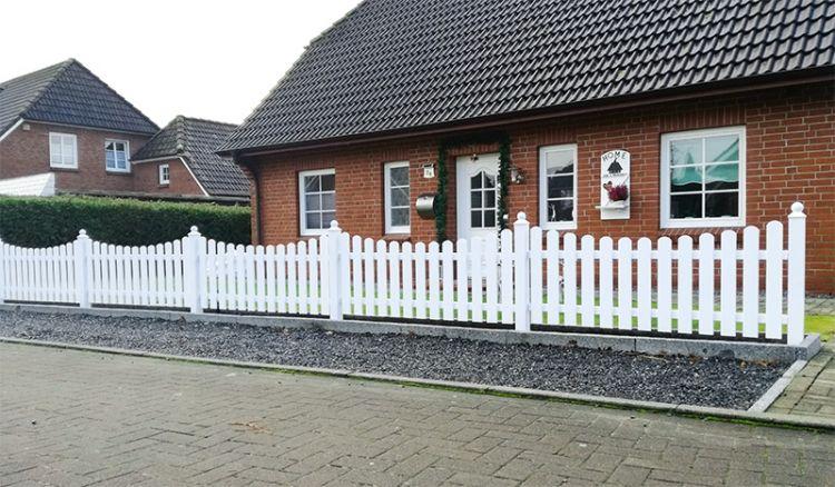 Hochwertiger und pflegeleichter Gartenzaun aus Vollkunststoff mit Acrylmantel in Weiß (RAL 9016) mit 10 Jahre Garantie