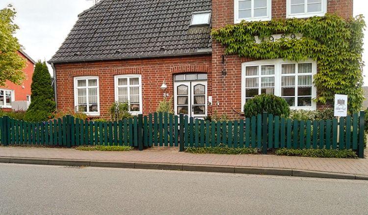 Wetterfester und pflegeleichter Gartenzaun aus acrylbeschichtetem Vollkunststoff in Grün (RAL 6012) mit 10 Jahre Garantie