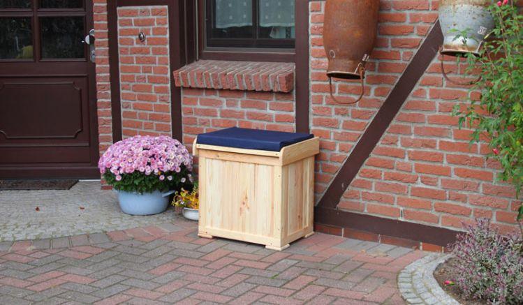Die Auflagenbox mit Bank Cherson aus unbehandelter Kiefer / Fichte hat das Maß 55 x 45 x 55 cm und wird inklusive Sitzkissen geliefert.