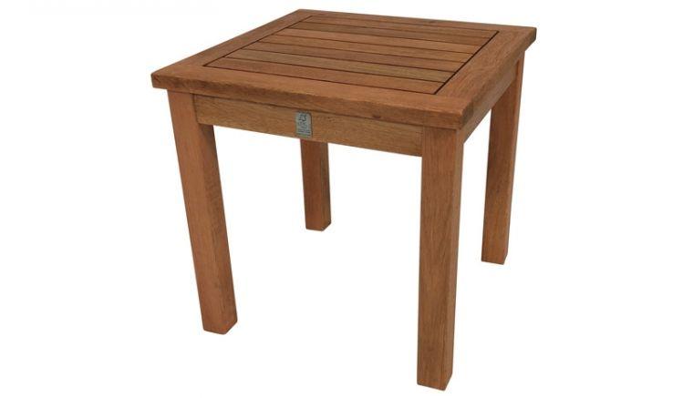 Mit einem Maß von ca. 40 x 40 x 40 cm eignet sich der Beistelltisch aus FSC zertifiziertem Holz ideal für Ihren Balkon oder als Ablagetisch auf der Terrasse.