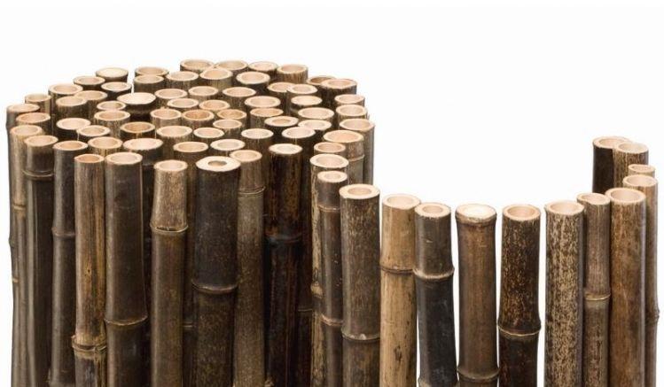 Die einzelnen ca. 24 - 40 mm starken Bambusrohre der Bambusmatten werden von einem durchgehenden Draht zusammengehalten.