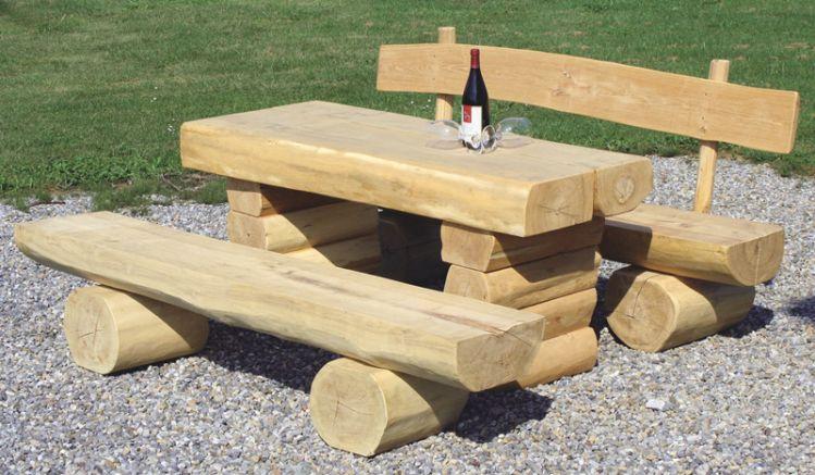 Der Baumstamm Tisch aus Fichtenholz mit einer Breite von ca. 170 cm bietet viel Platz für ein gemütliches Picknik im Freien