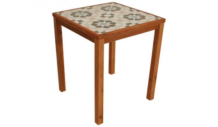 Mit einem Maß von 65 x 65 x 74 cm passt der Bistrotisch auch auf den Balkon und ist Dank der stilvollen Tischplatte mit kachelmuster einfach und schnell zu säubern.
