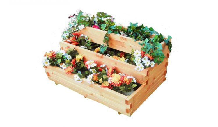 Die Blumenkasten Treppe Wedel aus Kiefernholz bietet auf drei Stufen viel Platz für Ihre Pflanzen. Die Pflanzfolie ist bei der Lieferung dabei.