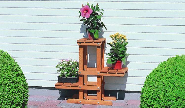 Blumenpodest mit drei Plattformen aus Holz