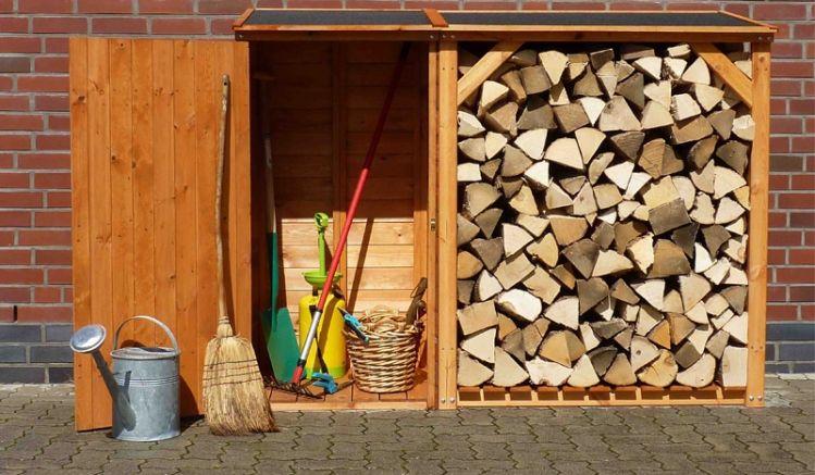 Sparen Sie sich im Garten mit der Kombination aus Brennholzunterstand und Geräteschrank unnötige Laufwege - Die Axt passt spielend direkt neben das gehackte Holz.