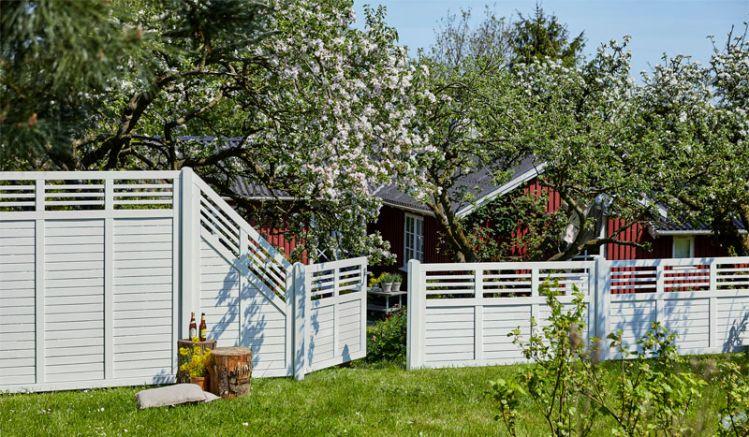 """Der moderne, weiße """"Decora"""" Zaun ist in zwölf verschiedenen Ausführungen erhältlich und bietet somit eine große Gestaltungsvielfalt für Ihren Outdoorbereich."""