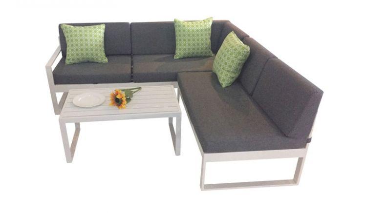 Eck Loungeset Hörnum im modernen Design aus weiß beschichtetem Aluminium mit gemütlichen Polstern und praktischem Couchtisch.