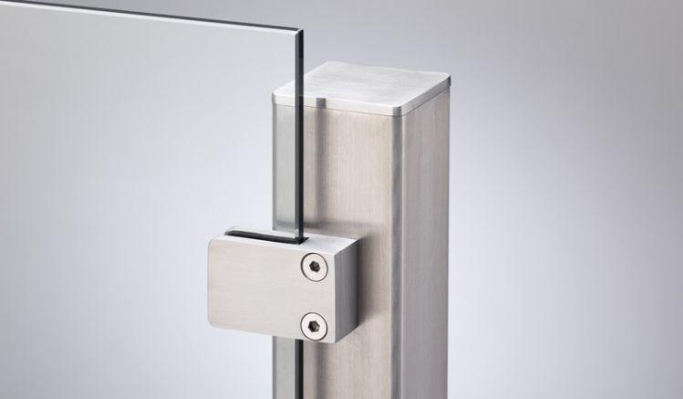 Endpfosten aus Edelstahl mit einer Seitenlänge von 6 x 6cm und individuellen Höhen, die Klemmbacken sind im Lieferumfang enthalten