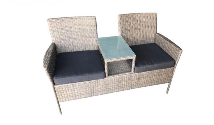Die Gartenbank Hampton aus naturgrauem Polyrattan mit integriertem Tisch (Glasfläche) und gemütlichen, dunkelgrauen Sitzpolstern sorgt für einen schönen Platz an der Sonne.