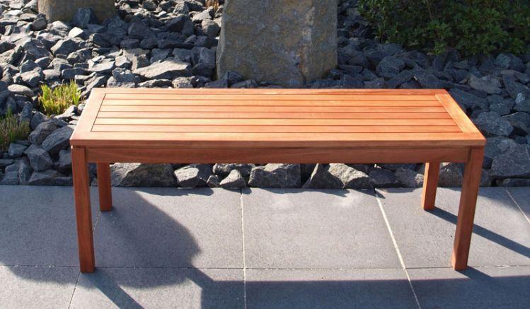 Die schlichte Gartenbank Amiens ohne Rücken- oder Armlehne aus hochwertigem Eukalyptushartholz bietet bequem Platz für 2 Personen. Sie hat ein Maß von ca. 120 x 40 x 45 cm.