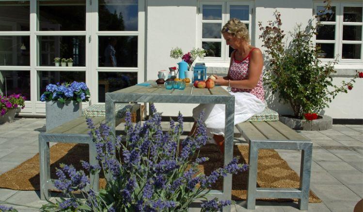 Das Gartenmöbel-Set Planken besteht aus einem 186 x 77 x 72 cm Tisch und zwei 176 x 38 x 44 cm Bänken