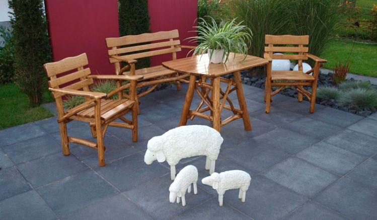 Vierteiliges Gartenmöbel-Set aus Massivholz in Natur-Vollholz-Optik.