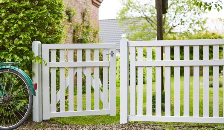 Der Gartenzaun Country aus Kiefern- und Fichtenholz ist fungizid- und doppelt farbgrundiert in der Farbe Weiß