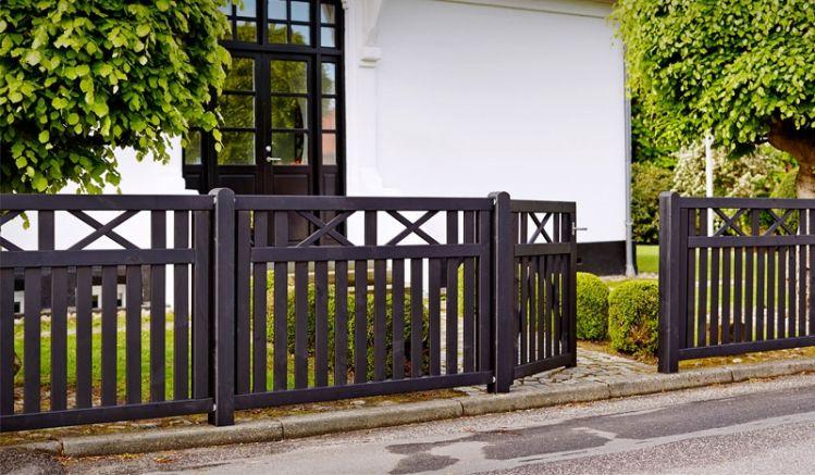 Der Gartenzaun ist mit rostfreien Nägeln und Schlagschrauben verarbeitet, die Tore sind durch diagonale Latten verstärkt und haben extra starke 44 x 90 mm Rahmen