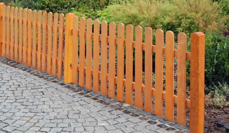 Die Lattenzaun Serie Tournai gibt es in zwei verschiedenen Ausführungen und einem passenden Tor. Gefertigt wird der Lattenzaun aus pinie lasiertem Holz.