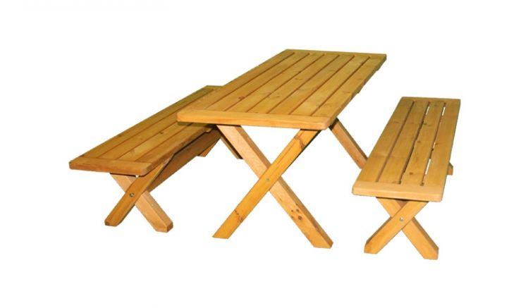Die Holzgarnitur ist mit 2 Bänken und einem Tisch perfekt für ein spontanes Frühstück im Garten geeignet.