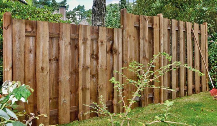 """Der """"Kolding"""" Bohlenzaun wird aus sägerauen Bonanzabrettern gefertigt. Er ist druckimprägniert braun und ein langlebiger Zaun in natürlicher Optik, der Ihnen viel Freude bereitet."""