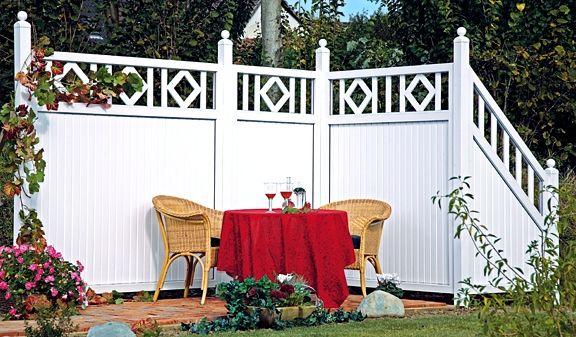 Kunststoff Zaun mit stilvollem Antik-Rankgitter.
