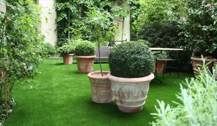 Pflegeleichter Kunstrasen Madrid mit drei Grüntönen und einem Braunton. Material: PE-Kunststoff