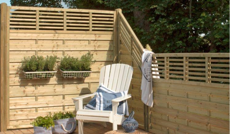 """Der qualitativ hochwertige Sichtschutzzaun """"Newline"""" wird aus druckimprägniertem Kiefern- und Fichtenholz gefertigt. Er fügt sich durch die geraden Linien besonders harmonisch ins Gartenbild ein."""