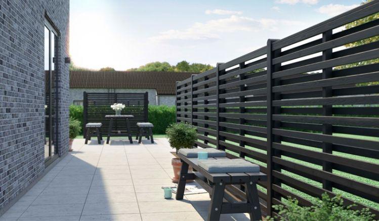 Dieser außergewöhnliche Sichtschutz aus fungizid vorbehandeltem und schwarz farbgrundiertem Kiefern- und Fichtenholz im japanischen Design ist ein echter Hingucker