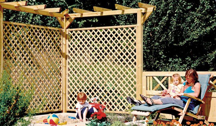 Für die Holzpergola bestehen zwei Montagemöglichkeiten: Längs mit 450 cm Gesamtlänge oder über Eck mit zwei 225 cm langen Schenkeln