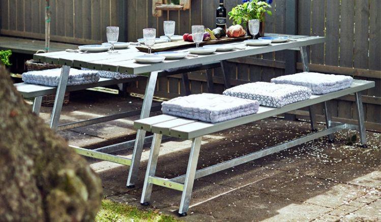 Die Gartengarnitur Royal setzt sich aus einem Tisch und zwei Bänken zusammen. Sie können in den Längen 207 cm oder 177 cm bestellt werden