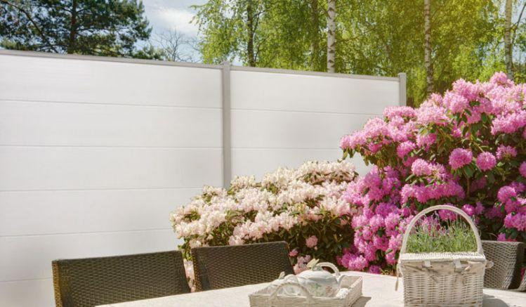Der pflegeleichte PVC Steckzaun kommt als kompletter Bausatz inkl. Lamellen und Abschlussleiste. Farbe: Weiß