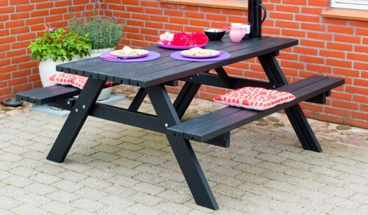 Der Picknicktisch ist in 2 Ausführungen erhältlich und hat 6 Sitzplätze. Gestaltet wurde er im US-Stil mit klappbaren Sitzflächen