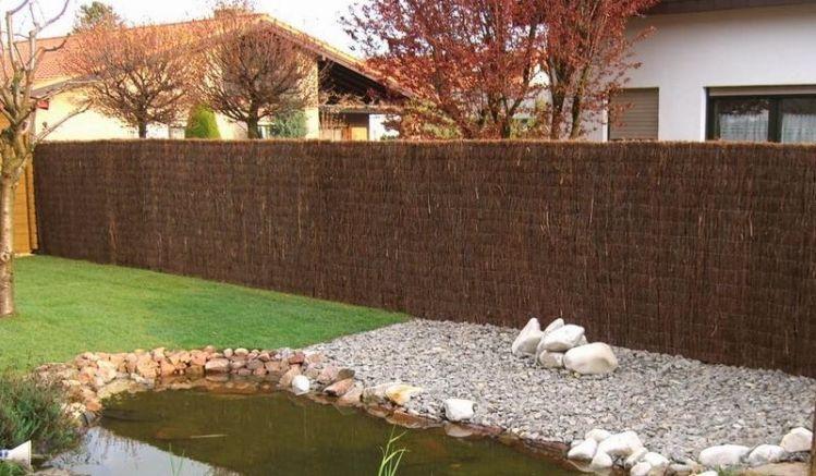 Die extra starke Heidekrautmatte eignet sich gut als natürlicher Sichtschutz im Garten.