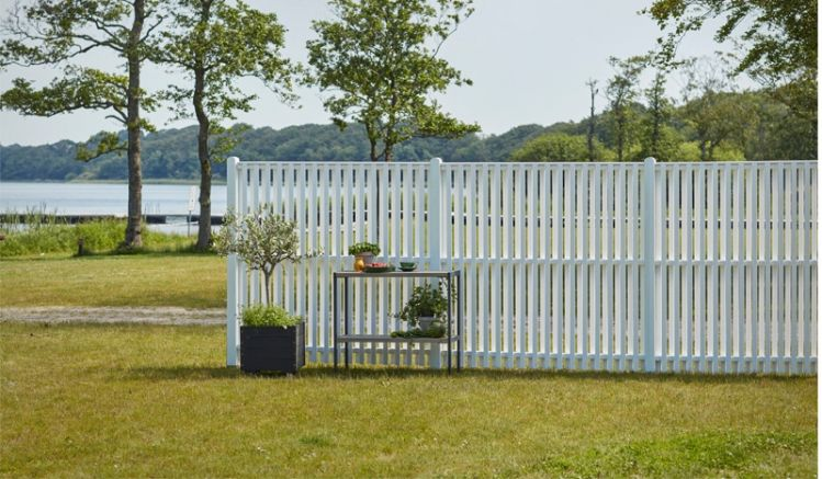 Die Sichtschutzelemente aus fungizid und zweimal weiß farbgrundiertem Kiefer-/Fichtenholz sind in 10 Ausführungen erhältlich. Sie sorgen für einen nordischen Touch in Ihrem Outdoorbereich