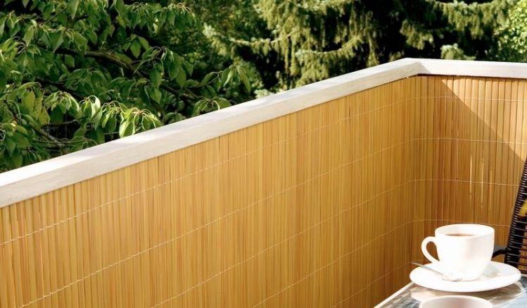Balkonsichtschutz mit einer gelben Sichtschutzmatte aus PVC.