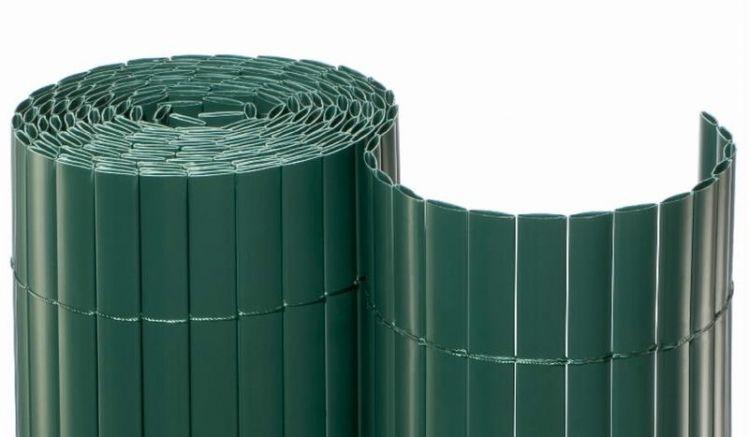 Eine Sichtschutzmatte setzt sich aus vielen PVC Kunststoffprofilen, welche mit Nylonband verbunden sind, zusammen.