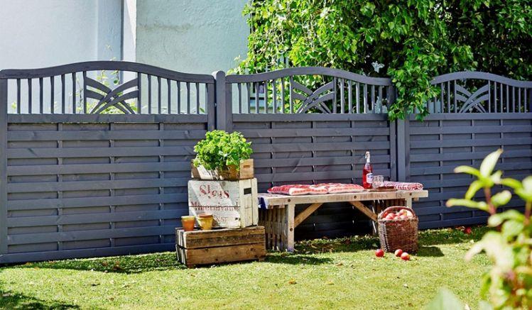 """Der elegante Sichtschutzzaun der """"Rondo""""-Serie in zeitlosem Anthrazit wird aus farbgrundiertem und fungizid behandeltem Kiefer- und Fichtenholz gefertigt. Der Zaun garantiert durch die hochwertige Verarbeitung eine lange Lebensdauer."""