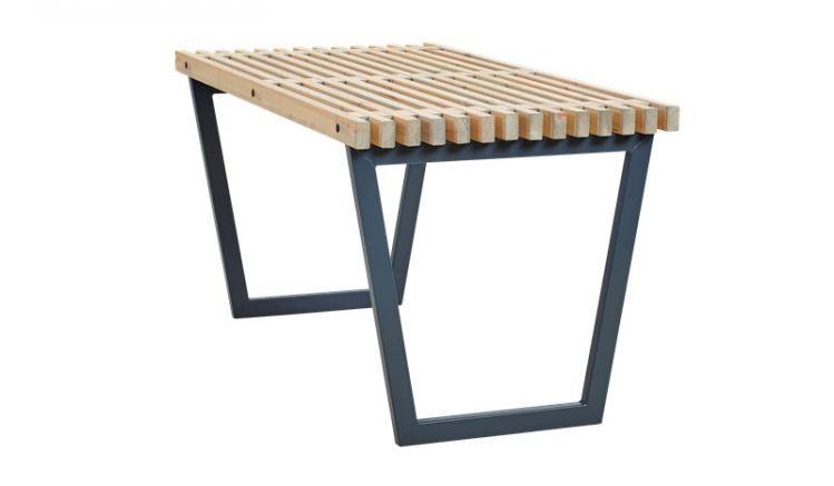 Rustikaler 138 x 76,5 x 72 cm Gartentisch aus Nadelholz und Stahl des dänischen Designers Ulrik Voss. Der Tisch kann mit einer Glasplatte versehen werden