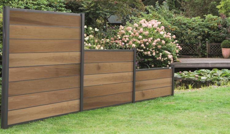 """Das """"Skaro"""" Zaunsystem ist ein besonders widerstandsfähiges System aus thermisch-modifiziertem Holz. Es ist in der Höhe variierbar und bietet viele Gestaltungsmöglichkeiten für Ihren Gartenbereich. Designbeispiel: Zwischenleisten in Anthrazit."""