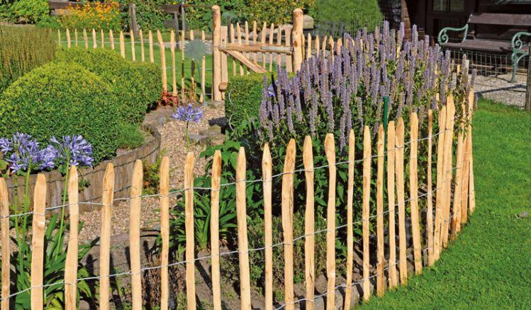 Ein dekoratives Gestaltungselement für Außenbereiche: Der urwüchsige Staketenzaun aus naturbelassenem Kastanienholz