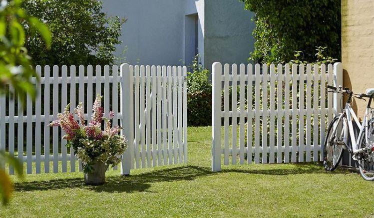 Die Gartenzäune sind mit einem Holzschutzmittel auf Wasserbasis vorbehandelt sowie zweimal farbgrundiert in Weiß
