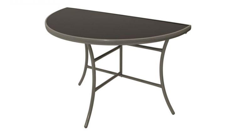 Der Wandtisch Aachen lässt sich Dank seiner halbrunden Form und einem Maß von ca. 110 x 58 x 72 cm ideal auf dem Balkon aufstellen