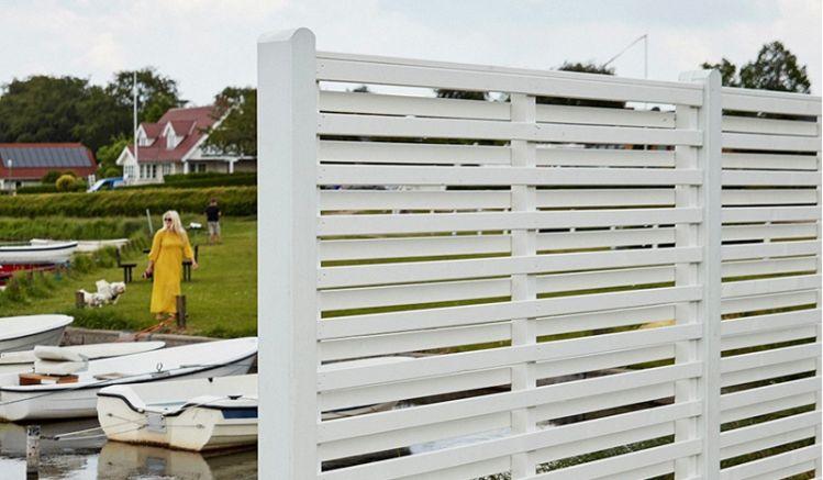 Der Sichtschutz aus fungizid behandeltem und weiß farbgrundiertem Kiefern- und Fichtenholz im nordischen Design ist ein echter Hingucker in Ihrem Outdoorbereich