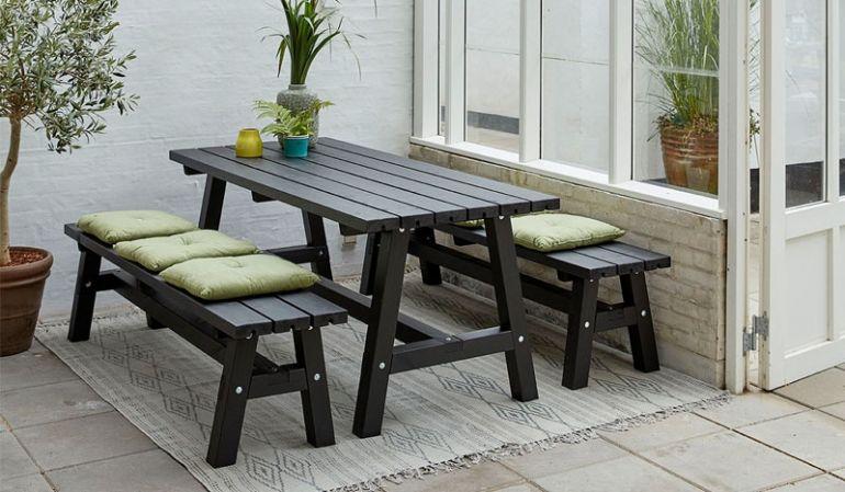 Rustikales Country Gartenmöbelset aus zwei Holzbänken und einem Tisch. Es ist in 3 verschiedenen Designs erhältlich