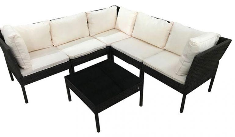Die edle Eck Sitzgruppe Rattan Lecce mit Ecksofa inkl. Polster in Creme (Dicke 4,5 cm) und großzügigem Tisch mit einem Maß von ca. 175 x 175 x 69 cm sorgt für gemütliche Stunden auf der Terrasse oder im Garten.