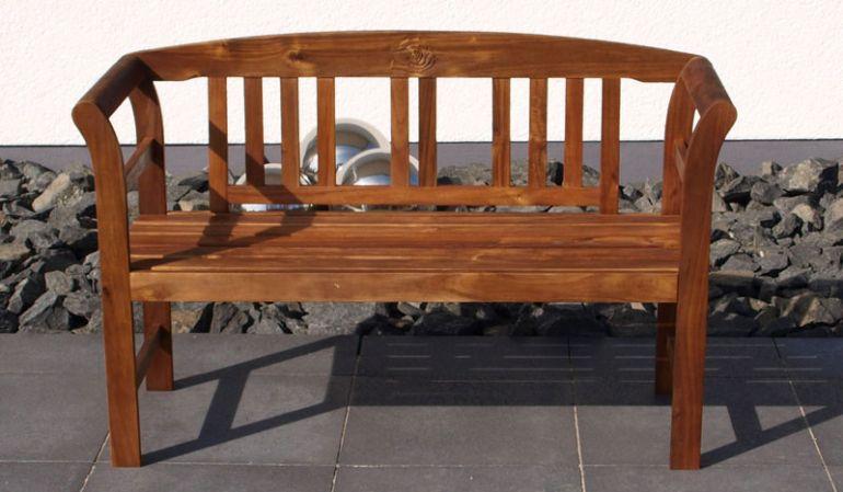 Die edle Deko Gartenbak Rennes  aus hochwertigem Akazienhartholz ist als 2-Sitzer und 3-Sitzer erhältlich. Durch den warmen Farbton passt sie sich optisch sehr harmonisch in Ihren Gartenbereich ein.