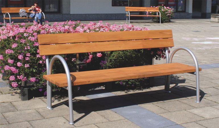 Die formschöne Gartenbank bietet mit einer Breite von ca. 200 cm gemütlich 3 Personen Platz