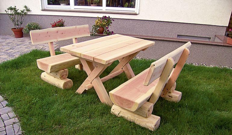 Die Gartengarnitur Rustikal aus Baumstämmen der Douglasie und Lärche ist in Breiten von 120 / 150 oder 200 cm erhältlich