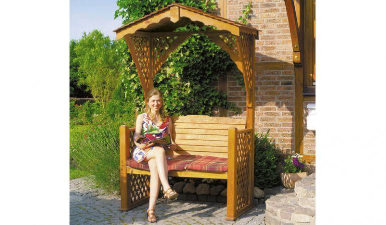 Die Gartenlaube Lüben aus FSC zertifizierter, honigbrauner Kiefer/Fichte mit dem Maß 140 x 80 x 220 cm, inklusive Sitzauflagen.