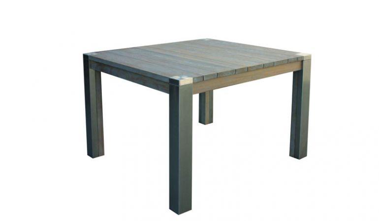 Die hochwertige Verarbeitung mit Robinienholz und Edelstahl macht den Gartentisch zu einem langlebigen Begleiter im Garten.