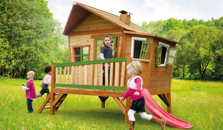 """Das Holzspielhaus """"Maike"""" mit Veranda ist TÜV geprüft und macht Ihren Garten zum Abenteuerspielplatz: 340 x 180 x 223 cm, 100 %  FSC-Holz."""
